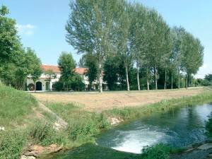 Foto dell'agriturimo al Vecchio Mulino visto dall'argine del fiume Bidoggia